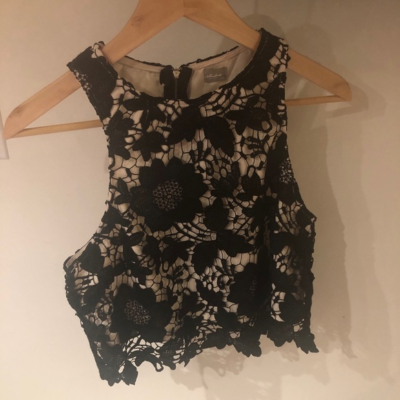 Crop, sleeveless going out lace top